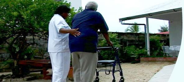 Wanneer nodig kunnen wij hulpmiddelen inzetten voor de uitvoering van de zorg. Denk hierbij aan een hooglaagbed, een rolstoel, douchestoel, postoel, etc.